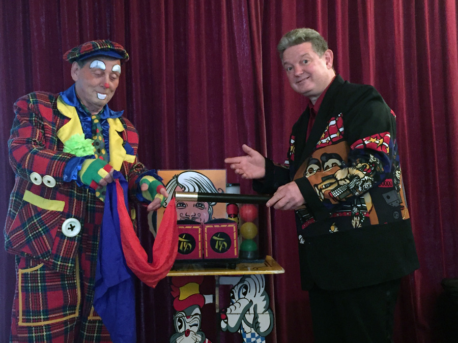Ome John en clown Miko